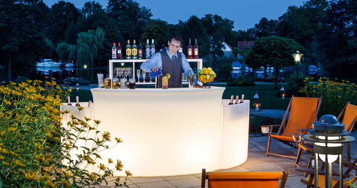 Restaurant Herrenhaus: Bar on terrace by night. Photographer: Sebastian Runge