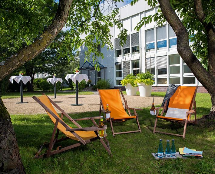 Grünes Klassenzimmer: Seminare und Brainstormen draußen im Grünen. Fotograf: Sebastian Runge
