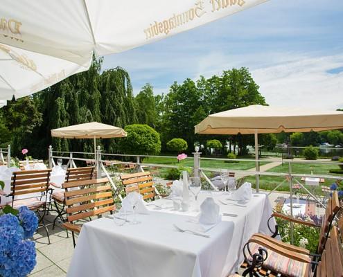 Restaurant Herrenhaus: Terrasse mit Seeblick. Fotograf: Sebastian Runge