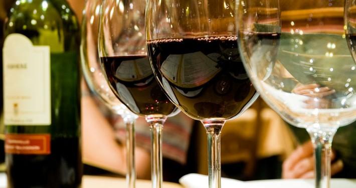 Herrenhaus: Bar Weinauswahl. Urheberrecht: thinkomatic, iStock #3404677.