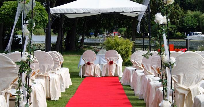 Hochzeit feiern im Park des Herrenhauses