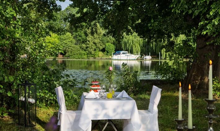 Festlicher Dinner Table im Park. Fotograf: Sebastian Runge