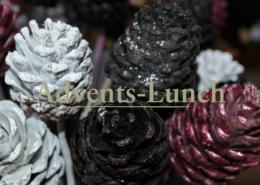 Weihnachtsdekoration mit Tannenzapfen zum Advents-Lunch