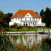 DAS SCHMÖCKWITZ: Herrenhaus vom Wernsdorfer See aus