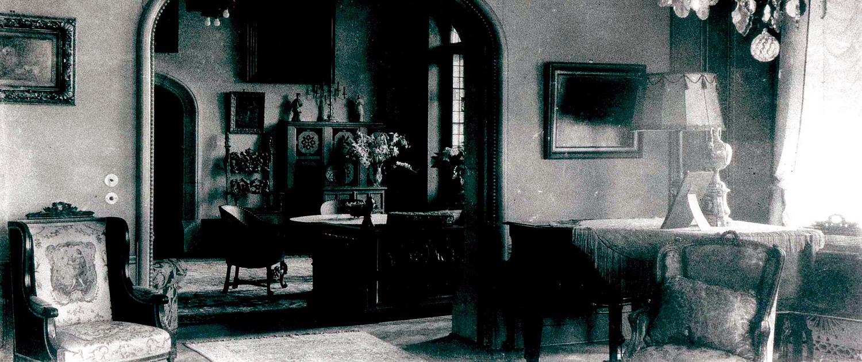 Historische Aufnahme vom Herrenhaus: Salon mit Klavier