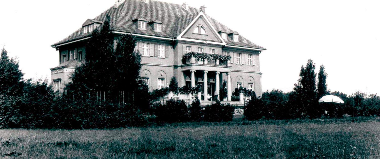 Historische Aufnahme vom Herrenhaus: Totale von Seeseite