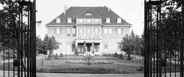 Historische Aufnahme vom Herrenhaus: Totale, Auffarht, Entree