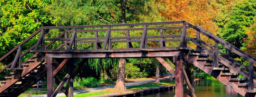 Ausflug: Spreewald. Holzbrücke über Flußlauf